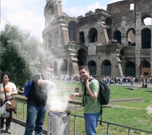 Kolezyum önünde mangal yapan Türkler