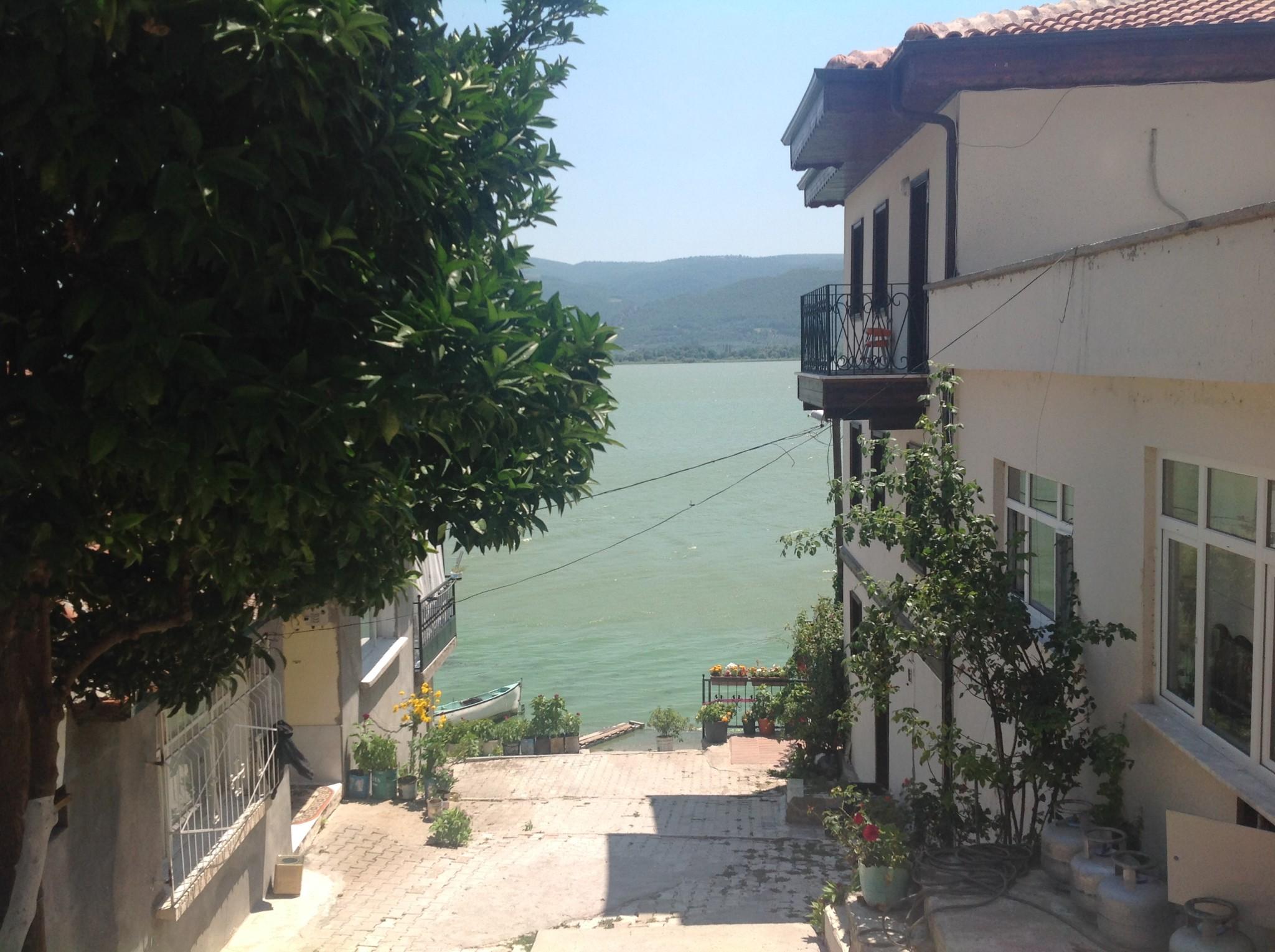 Gölyazı Köyü Sokaktan Göl Manzarası
