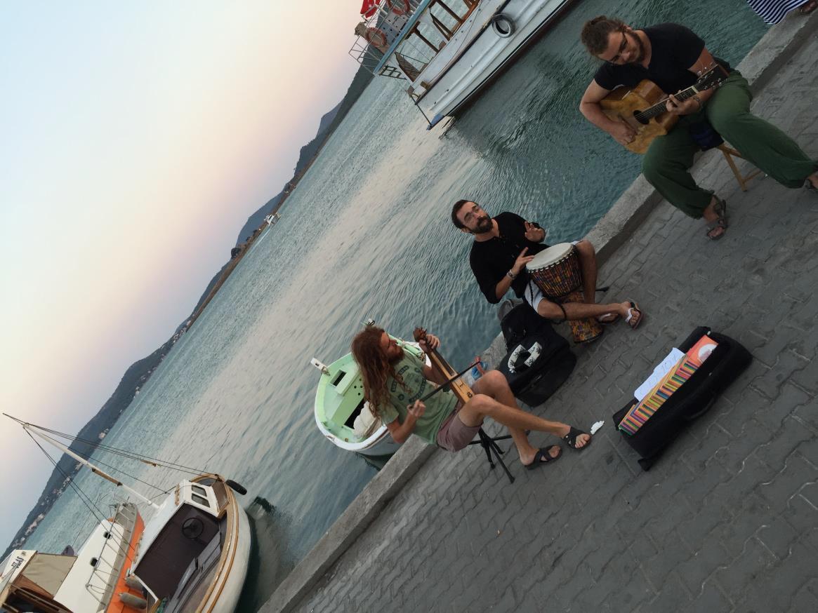 Cunda Adası sokak müzisyenleri