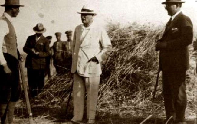 Atatürk, Orman Çiftliği tarlalarında bir çiftçiyle konuşurken..