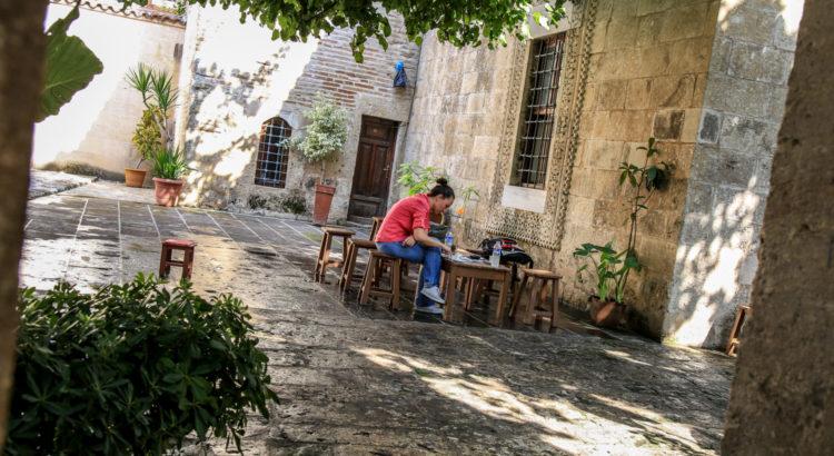 Ulu Camii Külliyesinde Medrese bahçesinde kahve keyfi